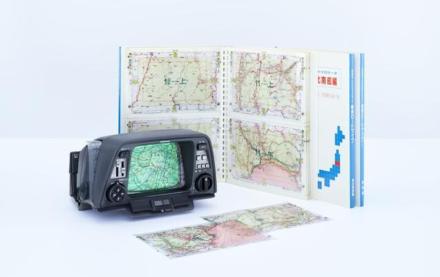 画像: ホンダ・エレクトロ・ジャイロケータ本体と透過型の地図シート。