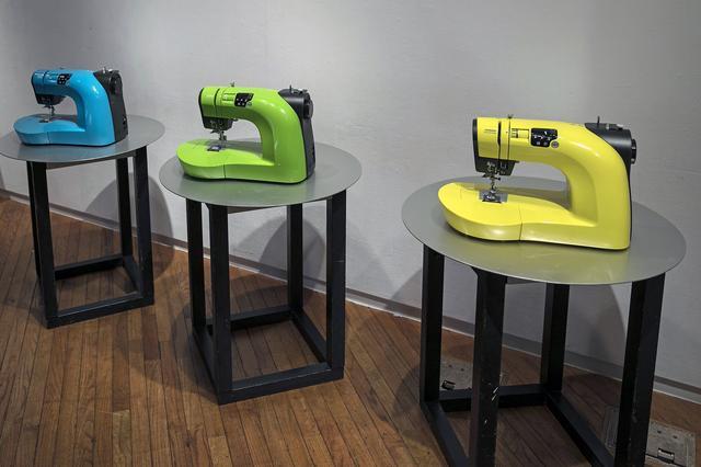 """画像: アイシン精機ではミシンも作っている。これは2016年のミラノデザインウイークにも出展された""""OEKAKI50""""というミシン。"""