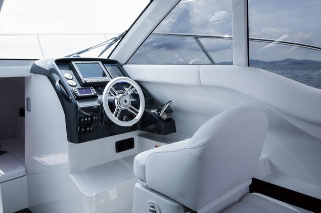 画像: 船の操縦に加えてエアコンの操作も操舵席できるように配慮されています。