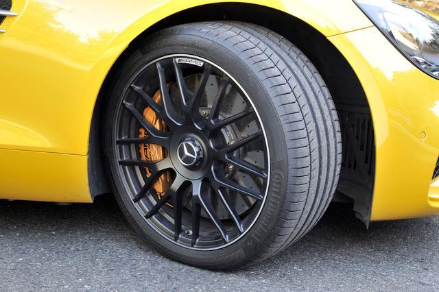 画像: タイヤはミシュランと共同開発したパイロットスポーツ。オプションのカーボンブレーキも装着。