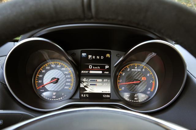 画像: レーシングカーを彷彿とさせるデザインの2眼メーター。中央はインフォメーションディスプレイ。