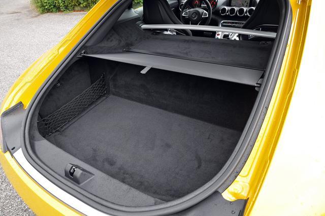 画像: 2シーターなのでラゲッジスペースは350Lとスポーツカーとしては広い。トノカバーも標準装備。