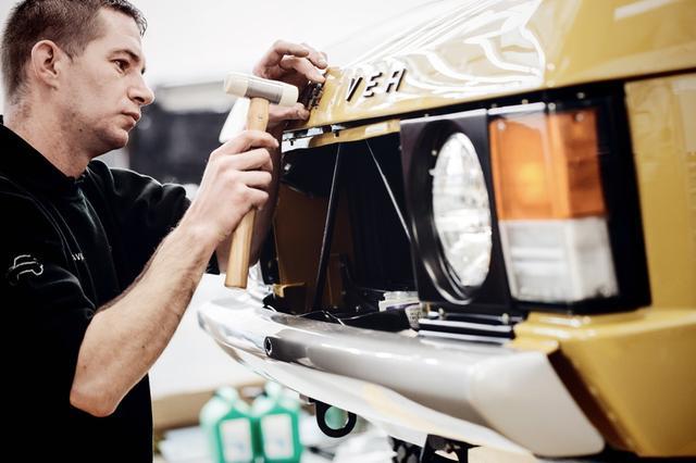 画像: RANGE ROVER REBORNの主な仕様 ■カラー:バハマ・ゴールド ■エンジン:3,528cc V8ゼニスストロンバーグ・キャブレター175CDタイプ ■最大出力:132 bhp/5,000 rpm ■最大トルク:186 lb ft(251 Nm)/2,500 rpm ■4速マニュアル・トランスミッション、ロック可能なセンター・デフ ■価格 13万5,000ポンド(約1,931万円)から