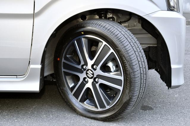 画像: 165/55R15タイヤ+アルミホイールを標準装備する。