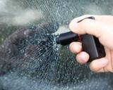 画像: ガラスに押し付けると、先端が尖った棒が内蔵バネの力で飛び出してガラスを粉砕する。