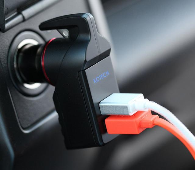画像: 普段は、USB充電器として活躍。2台同時に充電できるのはグッド。