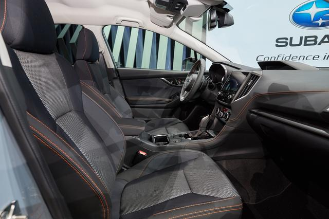画像: 新型スバルXVのシートは、複数の生地を組み合わせてスポーティ感と遊び心を演出。