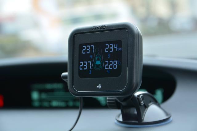 画像: レシーバーはダッシュボードなどに設置する。AirSafe(エアセーフ)のメーカー希望小売価格は 36,800円(税抜)