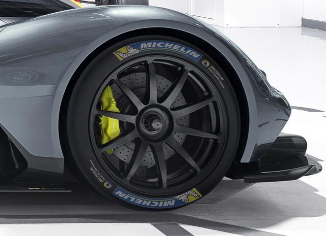 画像: 6.5L自然吸気V型12気筒エンジンはコスワース、7速パドルシフト付きトランスミッションはリカルド、ハイブリッド バッテリーシステムはリマックなどなど、一流のサプライヤーたちが開発に加わる。タイヤ開発には新たに、ミシュランがテクニカルパートナーとして参加。装着される高性能タイヤ「Pilot Sport Cup 2」のサイズは、フロント:20×9.5J、リア:21×11.5J。