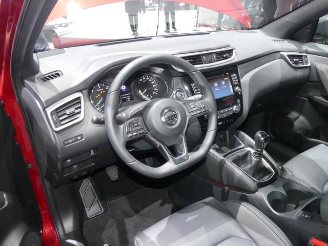 画像: 日産車の最新デザインを採り入れたD型ステアリングには、クロームインサートを追加。