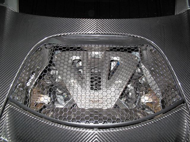 画像: 720Sのミッドシップエンジンは外からも見える。また、イルミネーションによりライトアップもできるという。