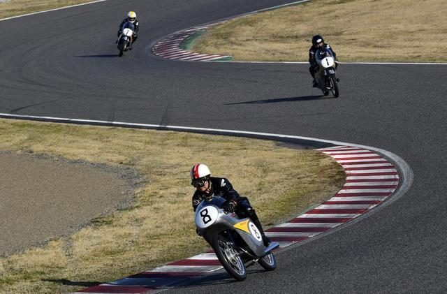 画像: 先頭は高橋国光氏、北野元氏、そして星野一義氏と続きます