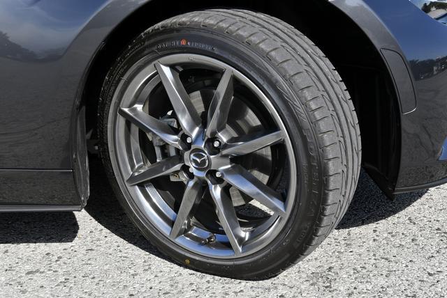 画像: 205/45R17のタイヤサイズはRSと同じ。ホイールは高輝度塗装されている。