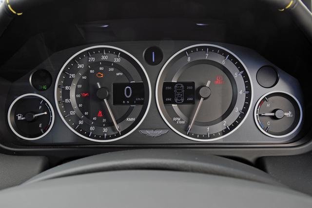 画像: 右のタコメーターは左回り。左のスピードメーターは330km/hスケールでデジタル表記付き。
