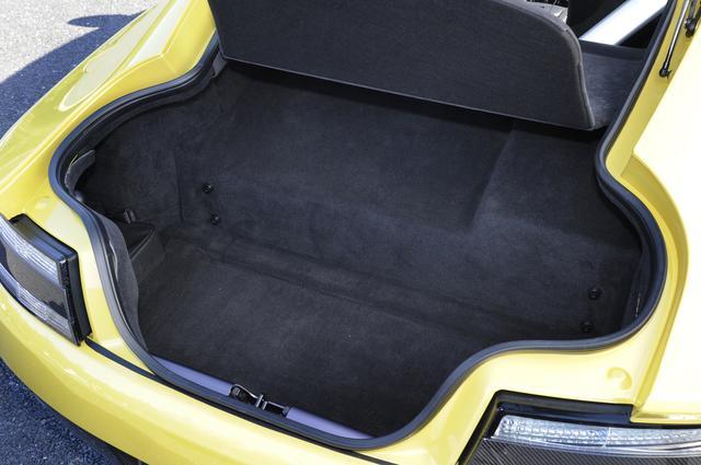 画像: トランスアクスルの出っ張りで奥は少し狭いが、手前側は深さもあるトランクの容量は300L。