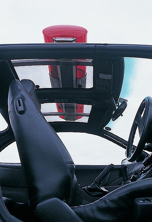 画像: 2 by 2はTバールーフしかなかったため、赤色灯は特殊なステーを介して取り付けられている。