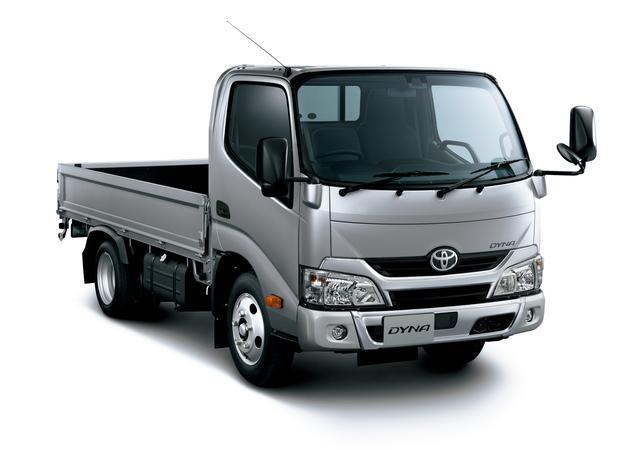 画像: 2トントラックの、トヨタ・ダイナ カーゴ 標準キャブ・標準デッキ・ジャストロー・2t積・ディーゼル車。車両重量は3トン未満(2170〜2260kg)車両総重量は5トン以下(4335〜4365kg)なので、従来は普通免許でも運転が可能だったが、改正法施行後の普通免許では運転ができなくなる。