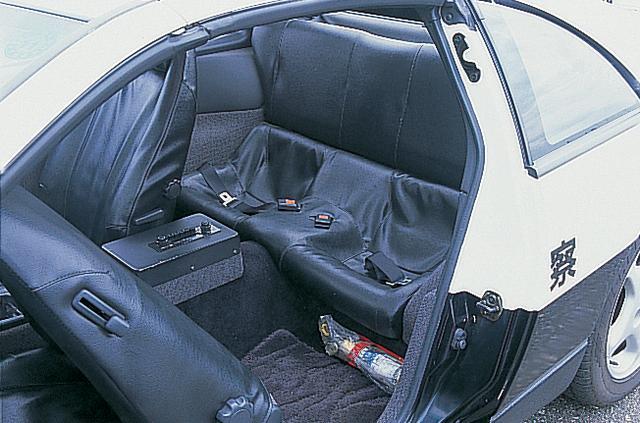 画像: 2 by 2とはいえ、後席はかなり狭い。しかもストップメーター装着のため、ラジオがフロアコンソールに追い出されていて、乗り込みはかなりツライ。