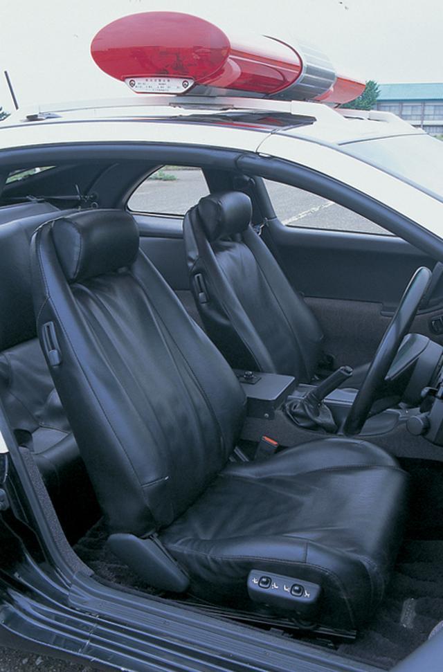 画像: 純正の本革シートではなく、合成皮革のシートカーバーで覆われている。ヘルメットを被って乗車するとヘッドクリアランスがほとんどない!?