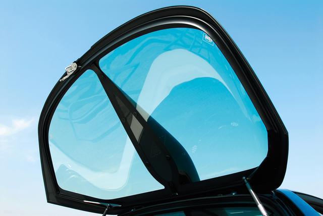 画像: 特徴のあるガーニッシュはリアガラスを貫通しておらずエンジンの冷却は期待出来ない。あくまでアクセサリー。