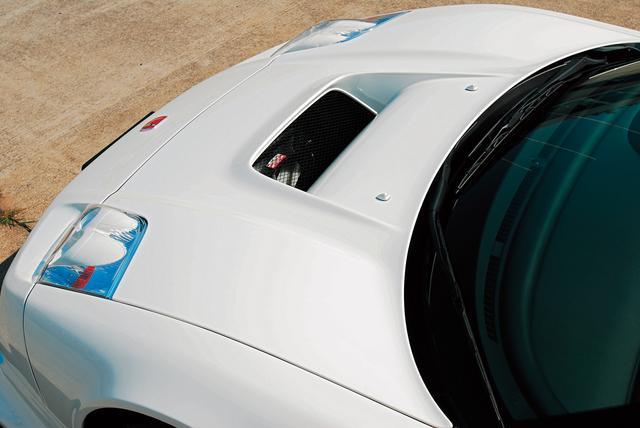 画像: カーボン製のボンネットには、ノーズの内部まで空力メンバーとして活用するためのエアアウトレットが。