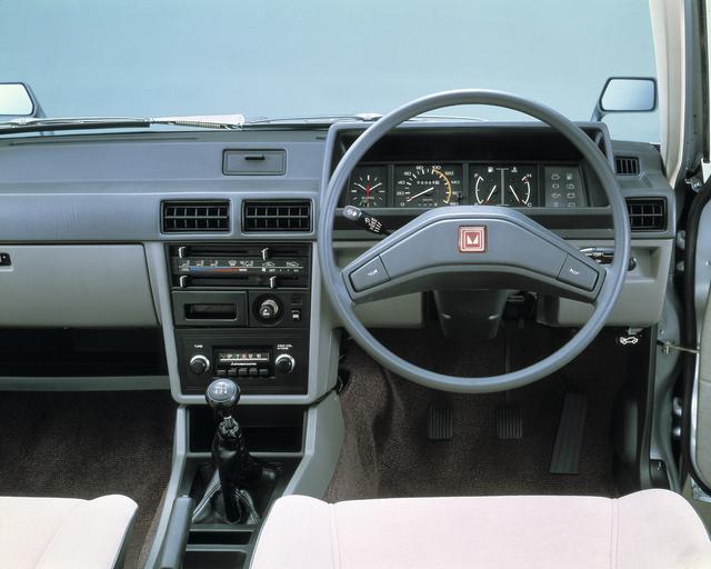画像: ランサーEXのインパネ。スピードメーターの左側はアナログ時計。