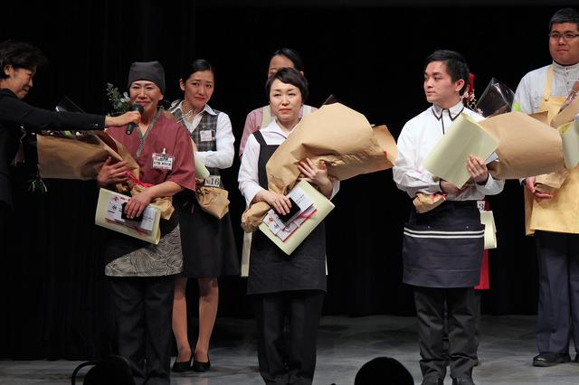画像: 金賞を獲得した五十嵐加代子さん(左)、小西実佳さん(中央)、坂本丈佳さん(右)。