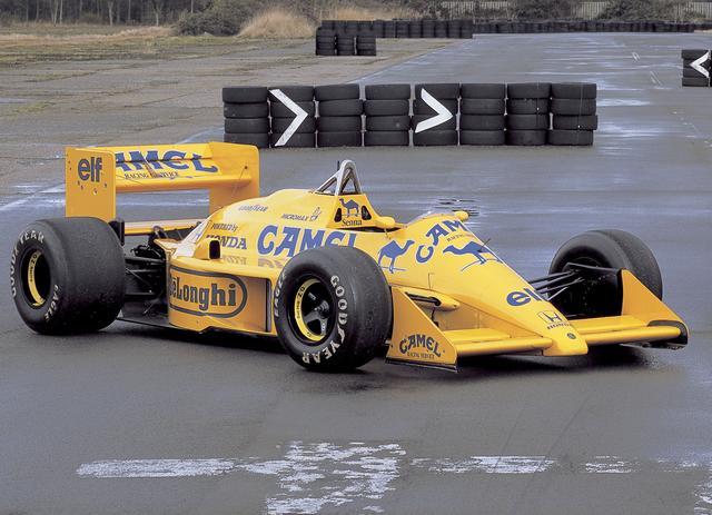 画像: 日本人初のフルタイムF1ドライバー、中嶋悟選手が最初に乗ったキャメル・ロータスもタバコのカラーリングだ。