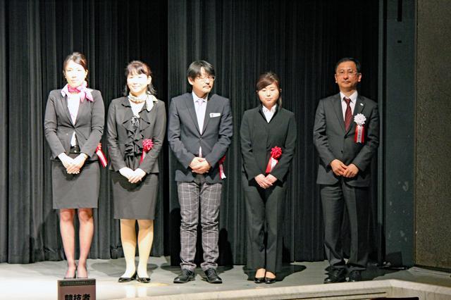 画像: 写真中央が鈴木ケンイチ氏。ちょっと緊張しているようです…。
