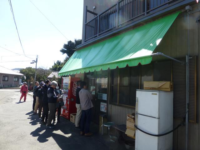 画像: 平日の11:30でこの行列。中にも数名待ちの人がいる。