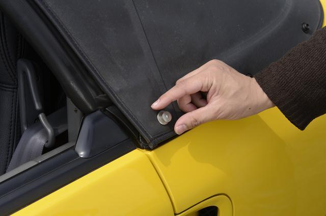 画像: ビートの幌を開ける場合、まずはこのボタンを外すところから。このボタンがくせ者で、手入れをしていても経年で幌が縮み、はまらなくなることも多い。