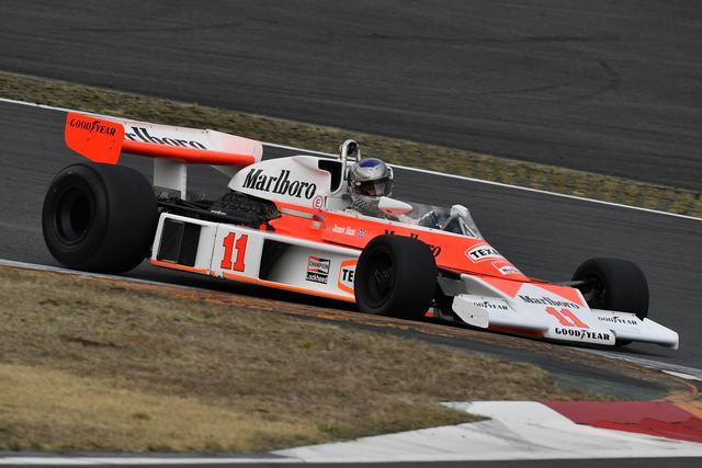 画像: マクラーレンM23(1976年) ここ富士で3位となったジェームス・ハントがF1チャンピオンを決めた