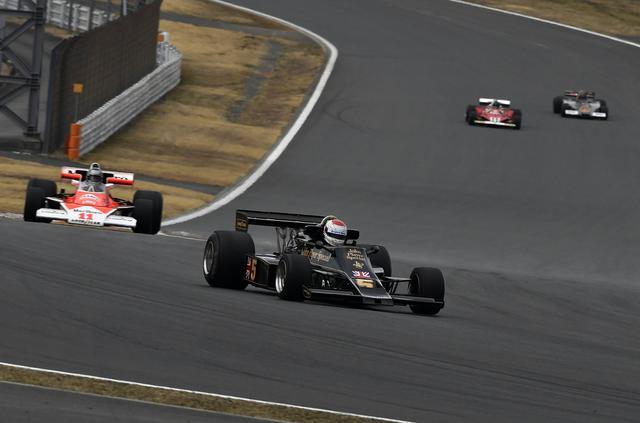画像: 1976年のF1を再現、ポールスタートはロータスのマリオ・アンドレッティ