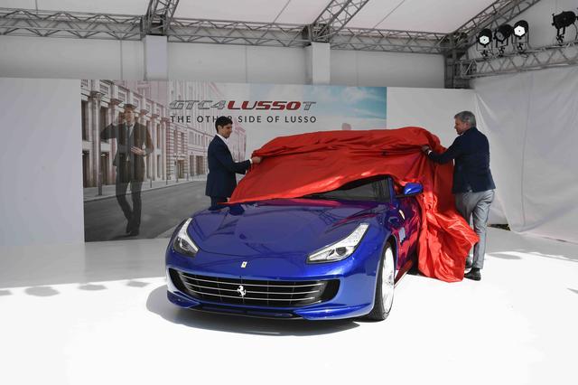 画像: 発表会場は屋外に設けられた特設テントの中。冬晴れの陽を浴びながらアンヴェールされるフェラーリGTC4ルッソ T。鮮やかなブルーのボディカラーが、フェラーリの新しいイメージを演出している印象だ。アンヴェールするのは、フェラーリ極東・中東エリア統括CEOのディーター・クネヒテル氏(右)とフェラーリ・ジャパン&コリア代表取締役社長のリノ・デパオリ氏。