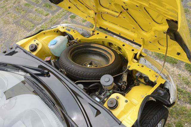 画像: ビートのフロントには、スペアタイヤが入っている。ホイールの部分を小物入れとして有効活用するオプションツールもあった。