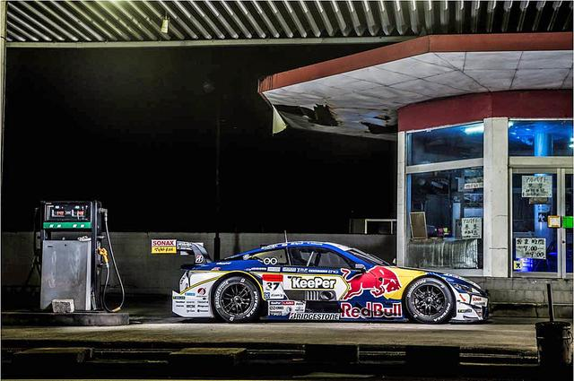 画像: ガソリンスタンドに佇むKeePer TOM'S LC500。(Kunihisa Kobayashi / Red Bull Content Pool)