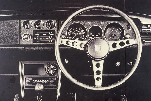 画像: 当時のカタログ画像。6連メーターに本革巻きステアリング、黒一色のインパネなど、ハードな走りを印象付けた。