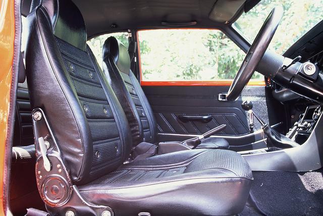 画像: エアホール付きバケットタイプのシートを標準装備。当時はまだ珍しかったフットレストも付いていた。