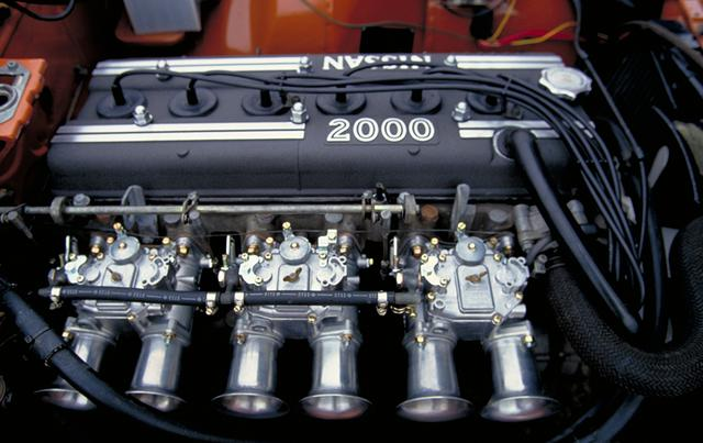 画像: エンジンはS20型でZ432と同じだが、レース用でチューニングが施されることが前提だったためエアクリーナーは取り外されてキャブのファンネルがむき出しだった。スペックそのものは160ps/18.0kgmでZ432と変わらない。