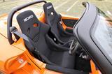 画像: ハードなコーナリングにも対応するRECARO製のタイトなフルバケットシートを装着。ロールバーも備わる。