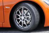 画像: タイヤは前後異サイズのピレリPゼロ ネロ。シンプルなスポークデザインのSSR製アルミホイールも似合っている。