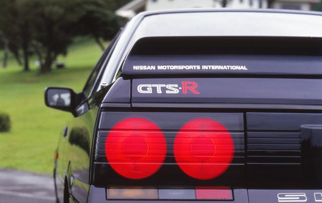 画像: ボディカラーは専用のブルーブラック。ノーマルのGTSとGTS-Rを見分けるポイントのひとつとなっている。