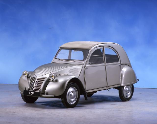 画像: 1948年に登場し、42年間で400万台近く作られた歴史的名車、シトロエン2CV。