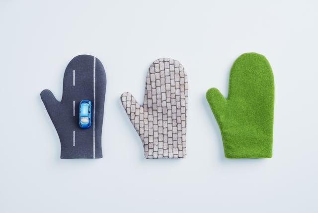 画像: 手のリーフ アスファルトや石畳といった地面柄の手袋と、 手のひらサイズのリーフミニカーのセット。手袋をはめれば、どこでもリーフと一緒♥の写真が撮れる