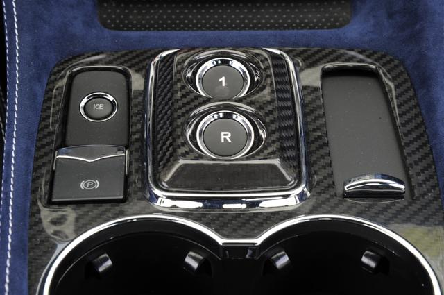 画像: センターコンソールに変速用ボタン(1とR)、アイスモードのスイッチ、パーキングレバーなどが備わる。