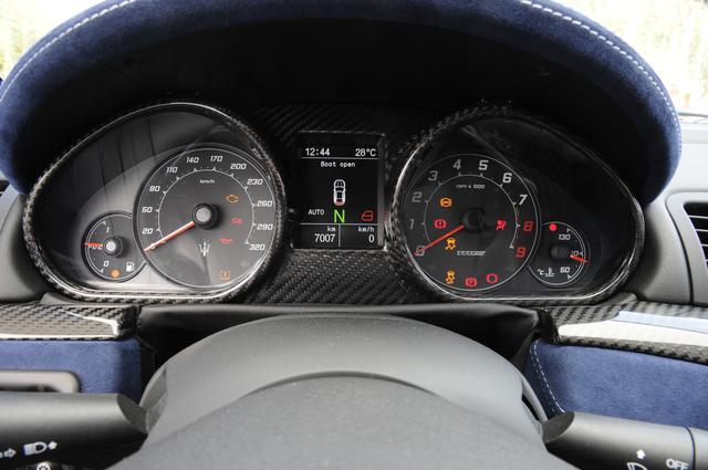 画像: 320km/hスケールの速度計、7500rpmからレッドゾーンの回転計の間にインフォメーションディスプレイ。