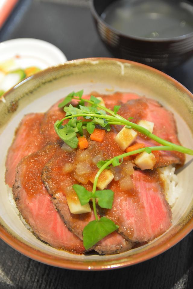 画像: 審査員特別賞、安達太良SA(上り)「ローストビーフの提灯祭り丼」