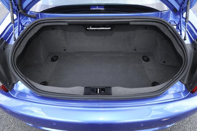 画像: トランクスペースの容量は260Lと十分な広さ。トランク内には12Vの電源ソケットも備わる。