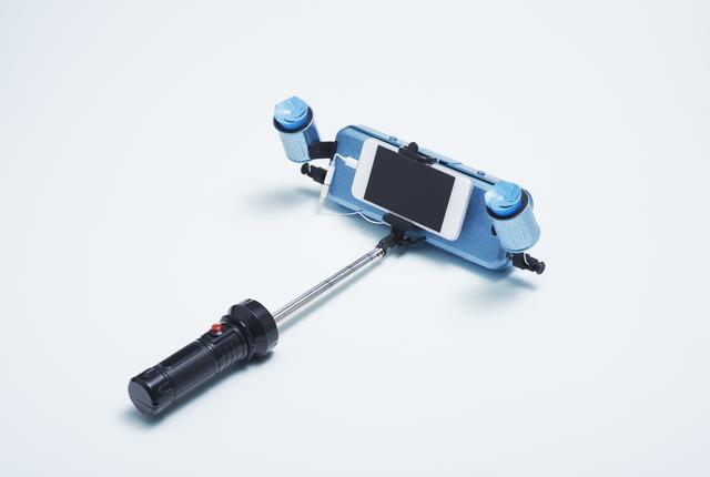 画像: PARTY SELFY アゲアゲ シャッターを切るとクラッカーが発射される自撮り棒。どんな場所でも、パーティー気分でSNS映えする写真を撮れる