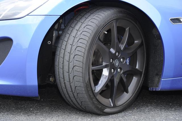 画像: タイヤは前後異サイズのピレリPゼロ。ブレーキキャリパーはアルマイト加工のマットブルー塗装。